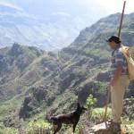 El pastor aldeano Benigno con perro y batijero en el XI E.I.S.P.C. La Aldea 2010 - Foto de Mario Rodríguez - F.S.P.C. - La Aldea de San Nicolás - Gran Canaria - Islas Canarias (Domingo 21 de Marzo de 2010).