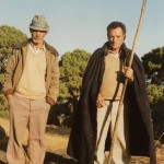 Los pastores Domingo González Machín 'Domingo Machina', y Manuel Padrón Montero con su Asta - Las Casas - El Pinar - El Hierro - Foto de Maximiano Trapero - Islas Canarias (Finales del Siglo XX).