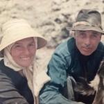 Don Emilio Quesada González 'El Pastor de Guinate' y su esposa ordeñando - Foto de autor desconocido - Haría - Lanzarote - Archipiélago Canario (1970-1990).