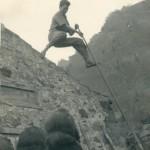 Hombre joven con Lanza mostrando el Salto a Regatón Muerto en las Casas de Taburiente - Foto del Fondo Miguel Bethencourt Arrocha - Archivo de Fotografía Histórica del Cabildo Insular de La Palma - El Paso - La Palma - FSPC - Archipiélago Canario (1960-1970).