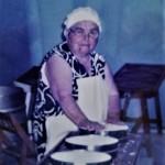 Mujer Majorera  haciendo tres quesos en una quesera antigua - Facebook de Fotos Antiguas de Fuerteventura - Fuerteventura - FSPC - Achipiélago Canario (Siglo XX).